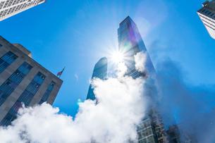 ミッドタウン マンハッタンの高級高層コンドミニアムと漂うスティームを照す太陽。の写真素材 [FYI03115057]
