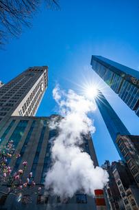 ミッドタウン マンハッタンの高級高層コンドミニアムと漂うスティームを照す太陽。の写真素材 [FYI03115058]