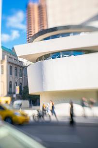 アッパーマンハッタン 五番街雑踏とグッゲンハイム美術館外観の写真素材 [FYI03115063]