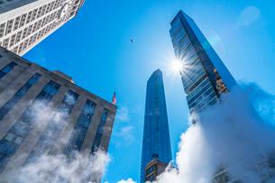 ミッドタウン マンハッタンの高級高層コンドミニアムと漂うスティームを照す太陽。の写真素材 [FYI03115064]