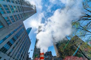 ミッドタウン マンハッタンの高級高層コンドミニアムと漂うスティームを照す太陽。の写真素材 [FYI03115065]