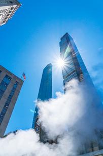 ミッドタウン マンハッタンの高級高層コンドミニアムと漂うスティームを照す太陽。の写真素材 [FYI03115067]