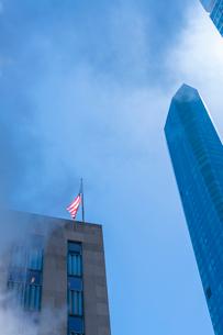 ミッドタウン マンハッタンの高級高層コンドミニアムと漂うスティームを照す太陽。の写真素材 [FYI03115068]