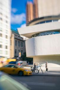 アッパーマンハッタン 五番街雑踏とグッゲンハイム美術館外観の写真素材 [FYI03115072]