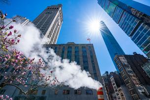 ミッドタウン マンハッタンの高級高層コンドミニアムと漂うスティームを照す太陽。の写真素材 [FYI03115073]