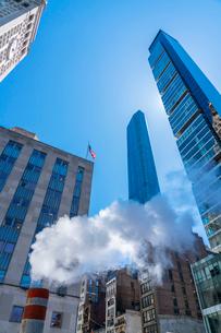 ミッドタウン マンハッタンの高級高層コンドミニアムと漂うスティームを照す太陽。の写真素材 [FYI03115075]