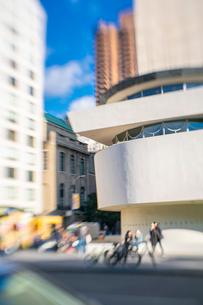 アッパーマンハッタン 五番街雑踏とグッゲンハイム美術館外観の写真素材 [FYI03115076]