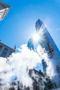 ミッドタウン マンハッタンの高級高層コンドミニアムと漂うスティームを照す太陽。の写真素材 [FYI03115078]