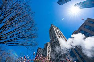 ミッドタウン マンハッタンの高級高層コンドミニアムと漂うスティームを照す太陽。の写真素材 [FYI03115079]
