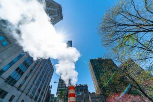 ミッドタウン マンハッタンの高級高層コンドミニアムと漂うスティームを照す太陽。の写真素材 [FYI03115083]