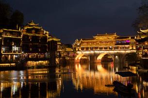 鳳凰古城 虹橋の夜景の写真素材 [FYI03115147]