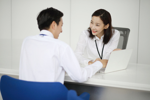 セールス相談中の女子社員の写真素材 [FYI03115186]