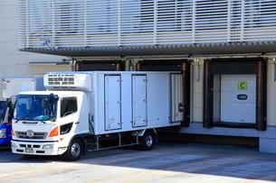 冷蔵トラックと保冷倉庫の写真素材 [FYI03115338]