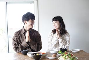 家でいただきますをしているカップルの写真素材 [FYI03115402]