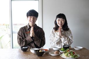 家でいただきますをしているカップルの写真素材 [FYI03115404]