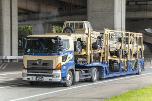 陸送中のトヨタ新車の写真素材 [FYI03115408]