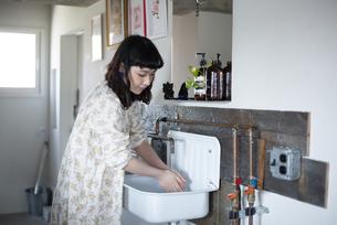 手を洗っている女性の写真素材 [FYI03115420]