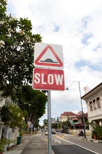 シンガポールSLOWの交通標識の写真素材 [FYI03115426]