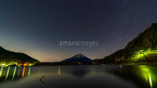 精進湖から望むしぶんぎ座流星群と富士山の写真素材 [FYI03115498]