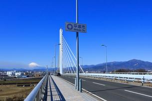 富士山と湘南銀河大橋の写真素材 [FYI03115565]