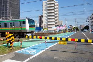 踏切りを通過する電車の写真素材 [FYI03115714]