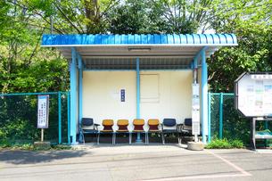椅子のあるバス停の写真素材 [FYI03115718]