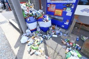観光地の空き缶ゴミの写真素材 [FYI03115728]