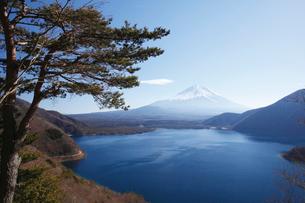 中之倉峠展望台から望む本栖湖と富士山の写真素材 [FYI03116067]