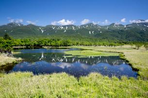 知床連山の湖畔展望台と高架木道の写真素材 [FYI03116429]