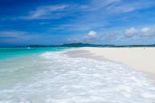 久米島沖に浮かぶ無人島のはての浜の写真素材 [FYI03116450]