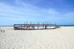 久米島沖に浮かぶ無人島のはての浜の写真素材 [FYI03116470]