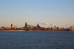 夕方の名古屋港の工場地帯の写真素材 [FYI03116542]