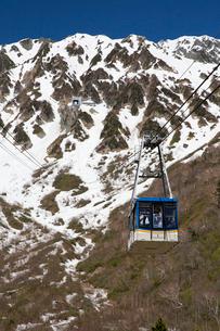 残雪の立山にて立山ロープウェイの風景の写真素材 [FYI03116906]