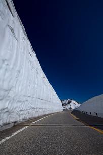 室堂付近にある雪の大谷の写真素材 [FYI03116930]