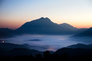 蛇越峠から由布岳を望むの写真素材 [FYI03117032]