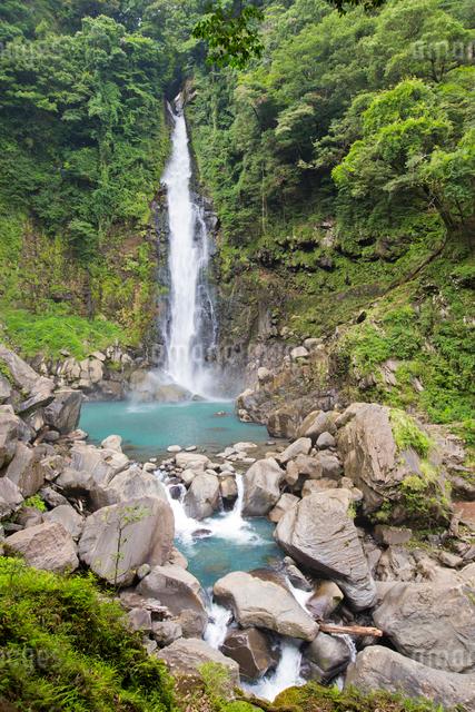 山深い渓谷を流れる千里ヶ滝の写真素材 [FYI03117481]