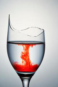 割れたグラスの写真素材 [FYI03117786]