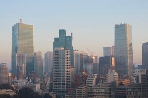 朝日を受けて輝く港区のビル群の写真素材 [FYI03117837]