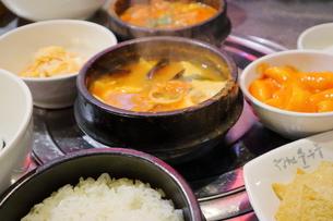 韓国ソウルの名食堂のスンドゥブ定食の写真素材 [FYI03117841]