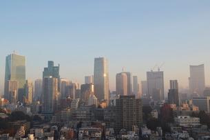 朝日を受けて輝く港区のビル群の写真素材 [FYI03117843]