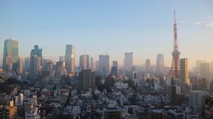 朝焼けの東京タワーと朝日を受けて輝く港区のビル群の写真素材 [FYI03117845]