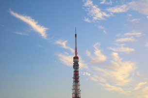 朝焼けの東京タワーの写真素材 [FYI03117846]