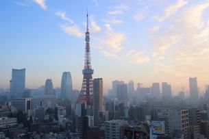朝焼けの東京タワーと朝日を受けて輝く港区のビル群の写真素材 [FYI03117853]
