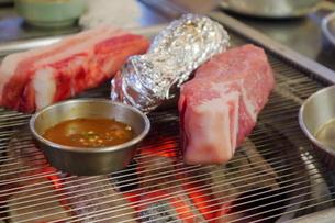 韓国ソウルの食堂で熟成サムギョプサルの豚焼肉の写真素材 [FYI03117854]