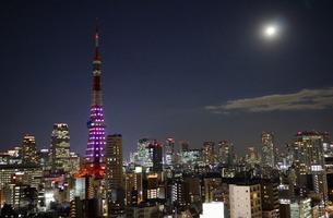 スーパームーンの満月にライトダウンされた東京タワーの写真素材 [FYI03117863]