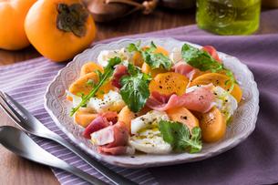 柿と生ハムとモッツァレラチーズサラダの写真素材 [FYI03117917]