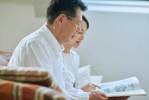 家で読書をする夫婦の写真素材 [FYI03118088]