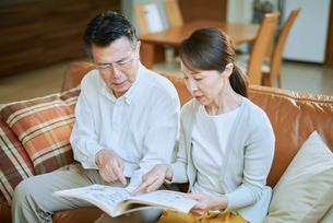 家で読書をする夫婦の写真素材 [FYI03118089]
