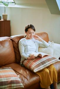 家で読書をする女性の写真素材 [FYI03118092]
