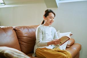 家で読書をする女性の写真素材 [FYI03118093]